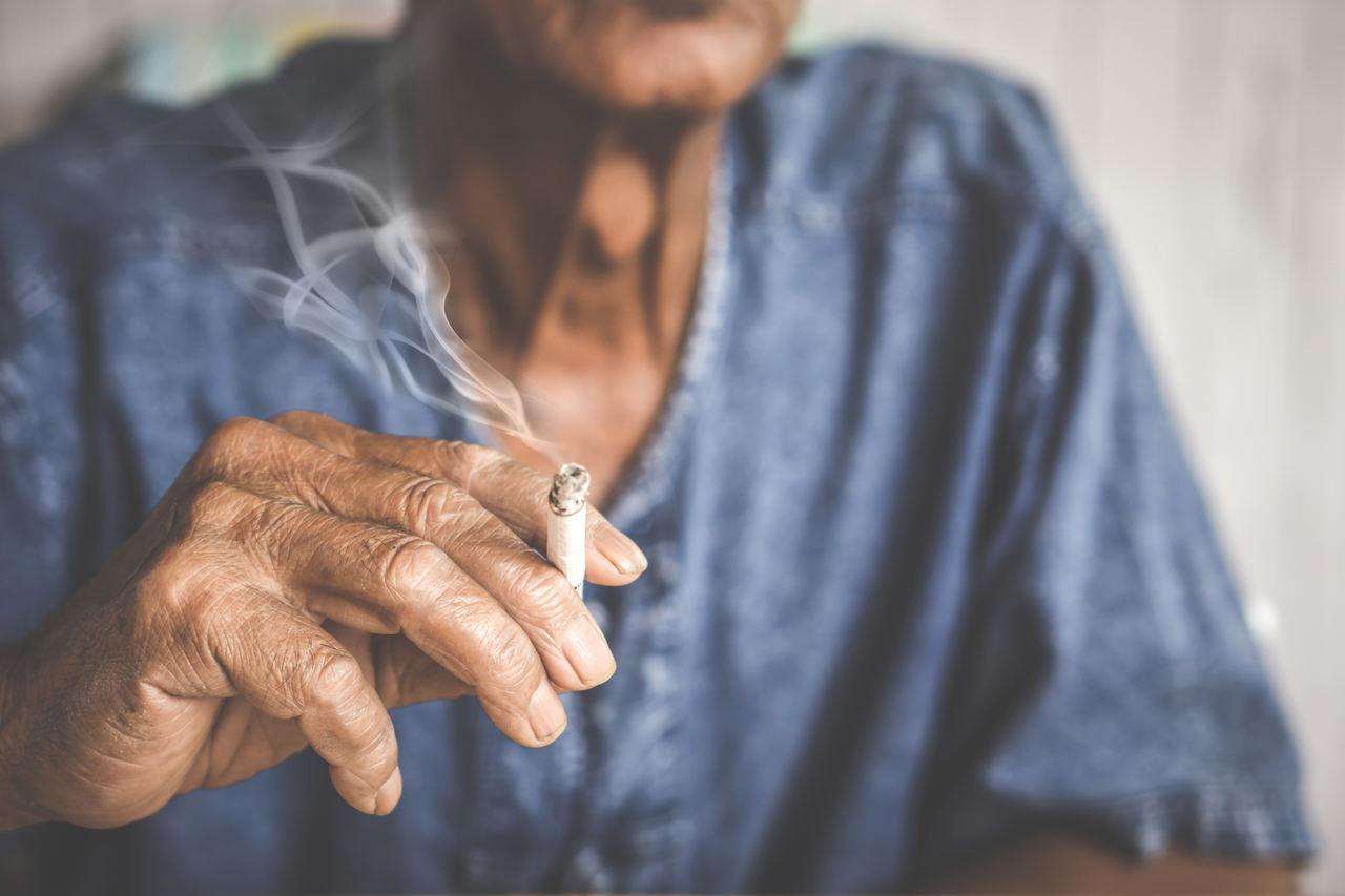 Um homem fumante está que propenso ao câncer de pulmão.