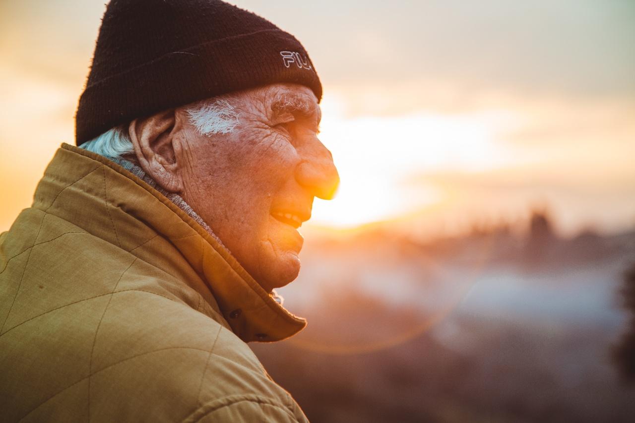 Saúde do idoso: 5 cuidados essenciais ao tomar medicamentos