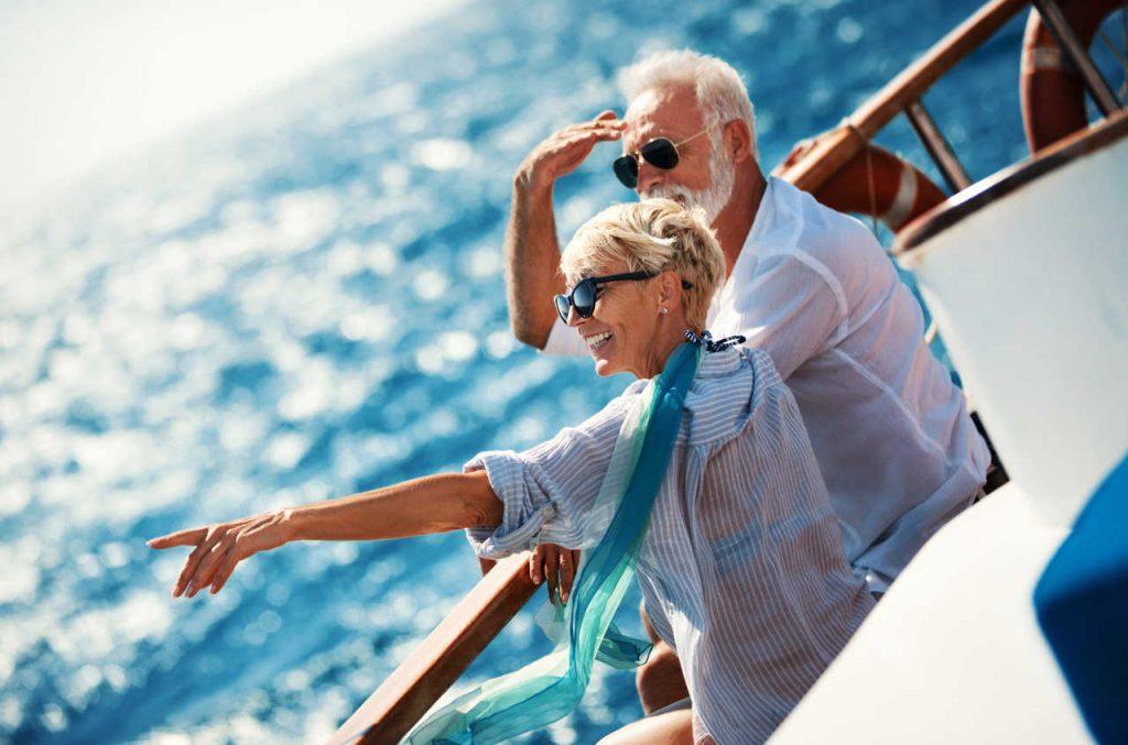 idosos-olhando-para-o-mar