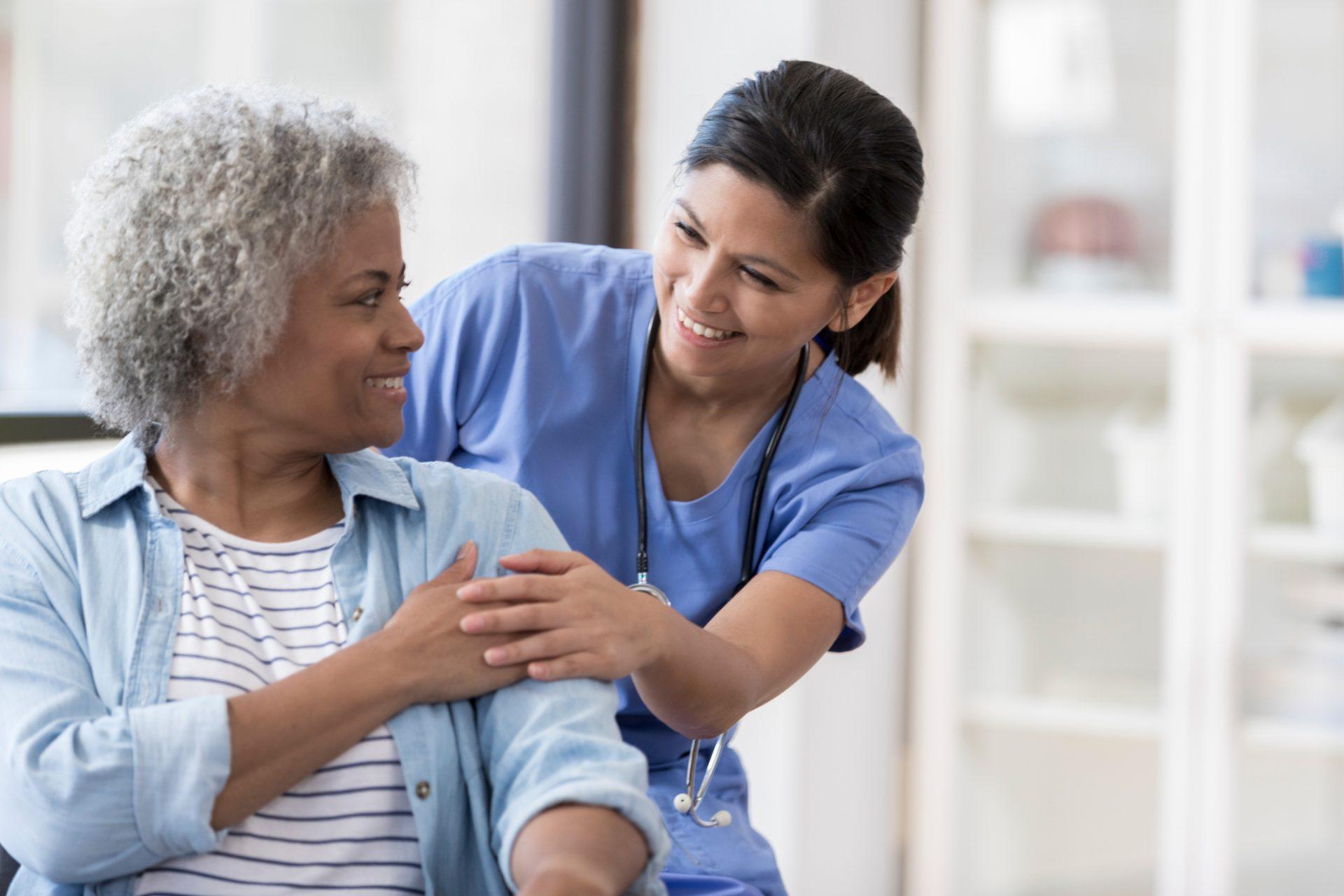 Imunização: Quais as vacinas não podem faltar para os idosos?