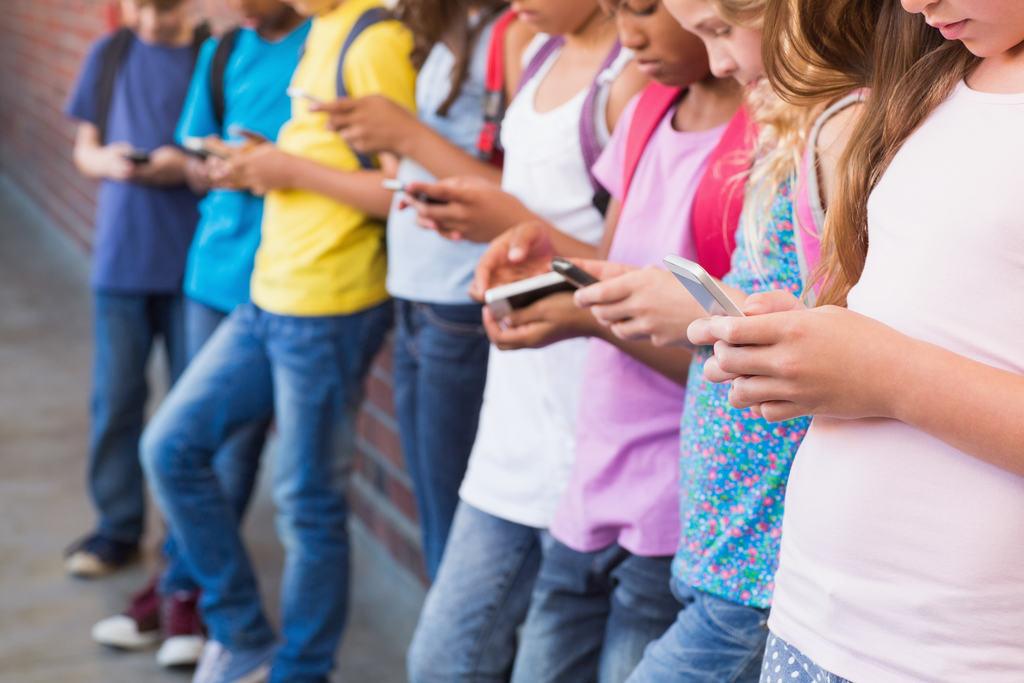 Descubra por que o uso do celular deve ser evitado pelas crianças