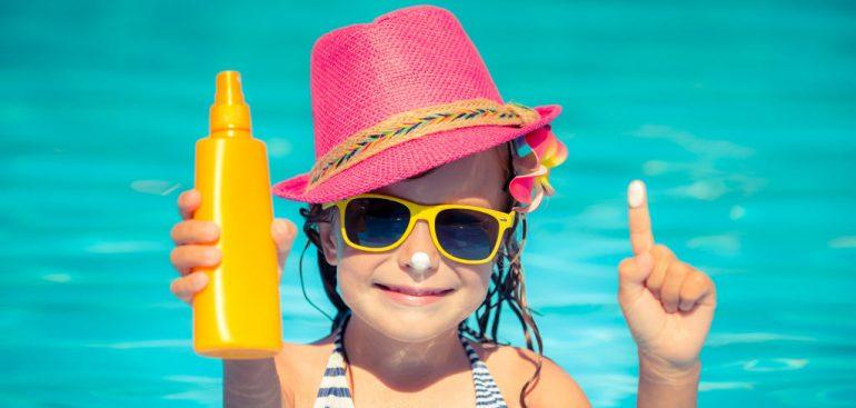 a escolha de um protetor solar para crianças é importante antes de deixá-las se expôr ao sol