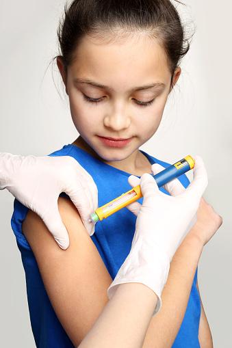 criança recebendo insulina