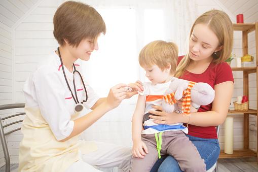Médica com criança