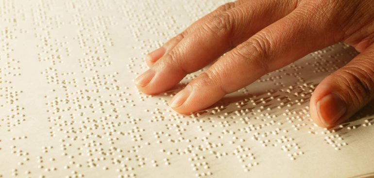 Neste artigo, vamos falar sobre as dificuldades enfrentadas no cotidiano das pessoas que possuem cegueira ao longo das várias fases da vida. Continue a leitura para saber mais!