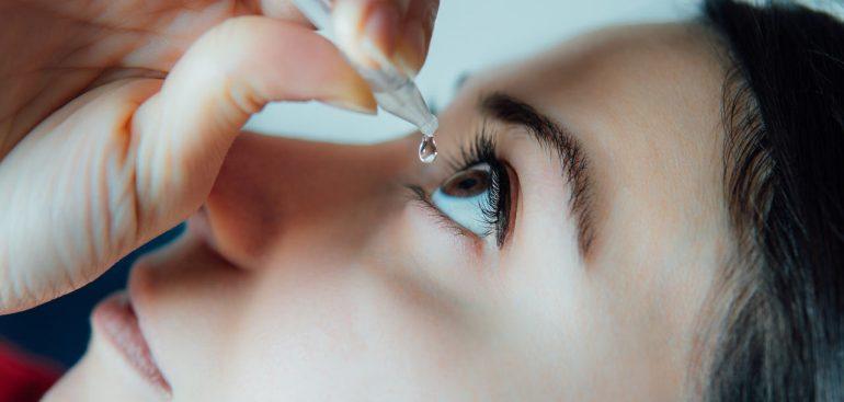 Um medicamento tão simples e inofensivo! Não é bem assim. Veja no artigo como usar colírio do jeito certo e evitar problemas de saúde.