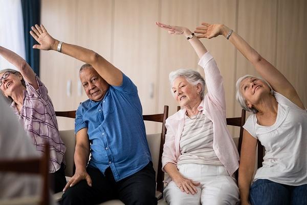 exercícios de alongamento podem ser feitos em casa mas com todo o cuidado